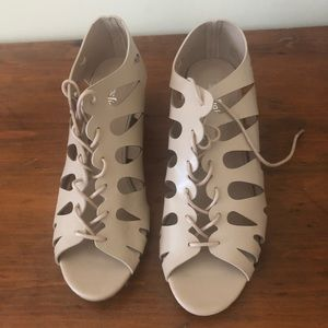 Women's lace-up sandal with heel 8.5